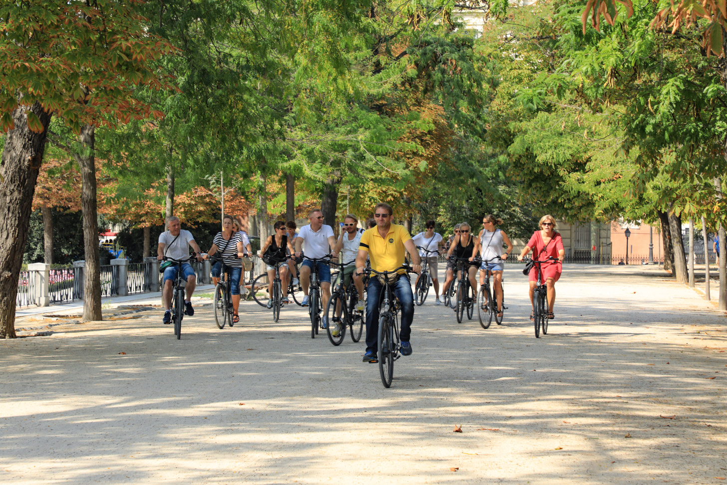 Een groep fietsers die met een gids door Madrid fietst.