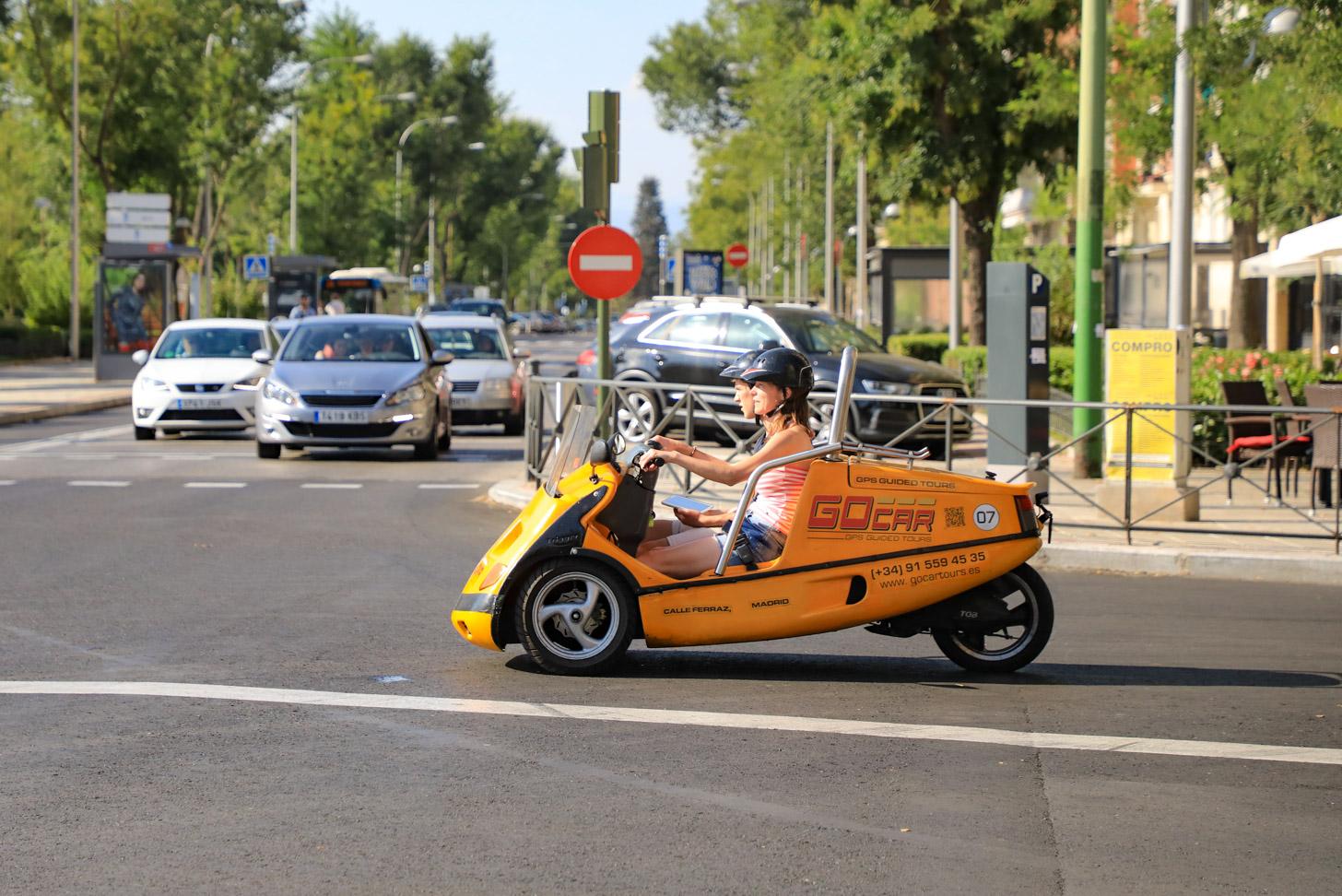 Een GoCar die door de straten van Madrid rijdt.
