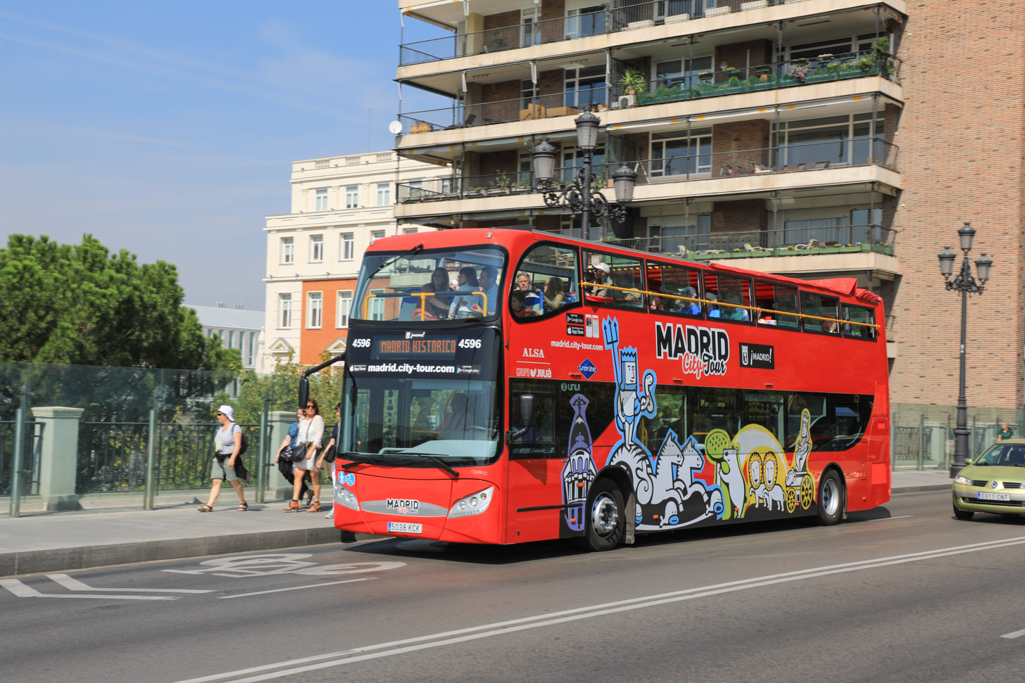 De hop-on-hop-off-bus die door Madrid rijdt.