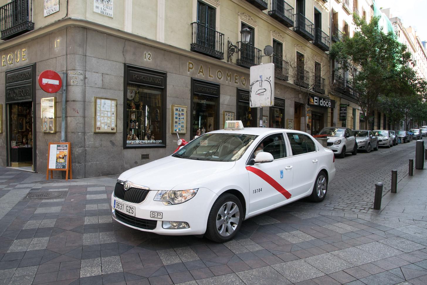 Een witte taxi in Madrid.