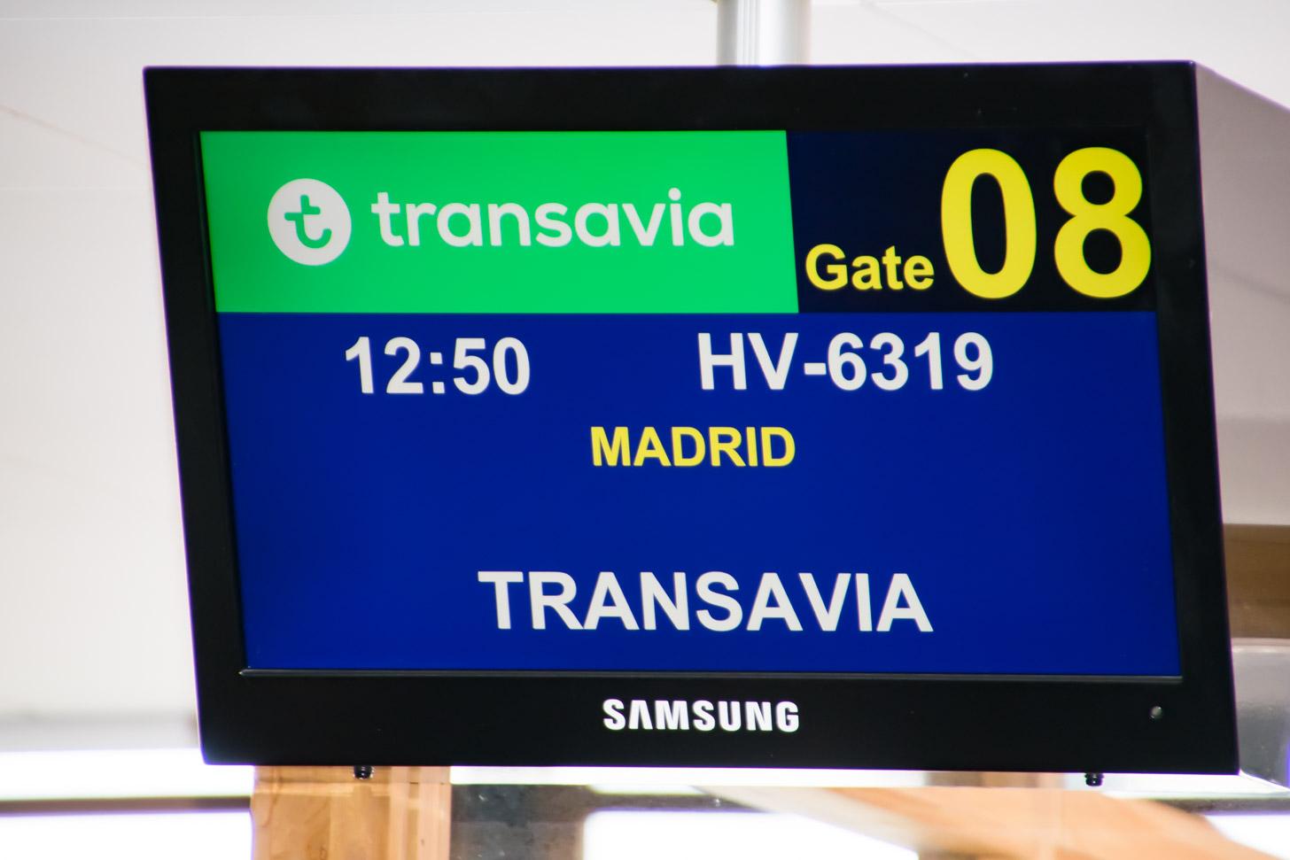 Transavia vlucht HV6319 staat gereed voor vertrek naar Madrid.